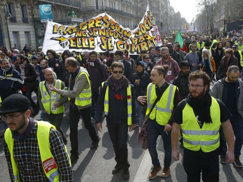 «Gelbwesten» versammeln sich - Foto: Michel Euler/AP