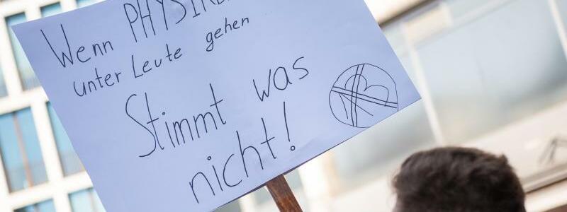 Physiker-Protest - Foto: Die Bevölkerung in Deutschland ist laut Ergebnissen des «Deutschlandtrends» mehrheitlich gegen die Filter. Foto:Sebastian Gollnow