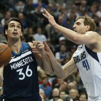 Dallas Mavericks - Minnesota Timberwolves - Foto: Dirk Nowitzki (r) versucht Dario Saric von den Minnesota Timberwolves zu blocken. Foto:Lm Otero/AP/dpa