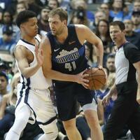 Dallas Mavericks - Memphis Grizzlie - Foto: Mavs-Spieler Dirk Nowitzki setzt sich gegen Ivan Rabb von den Memphis Grizzlies durch. Foto:Lm Otero/AP/dpa