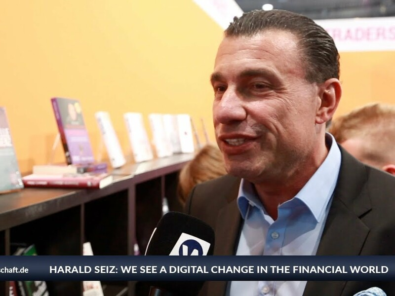 Harald Seiz had a look around Invest - the biggest financial fair in Germany. He found not only his own books, but also many different financial products: We see a digital change in the financial world. The CEO of Karatbars International sees itself as a pioneer with its cryptocurrency KBC and new products such as a blockchain phone. - Foto: anlegerverlag.de