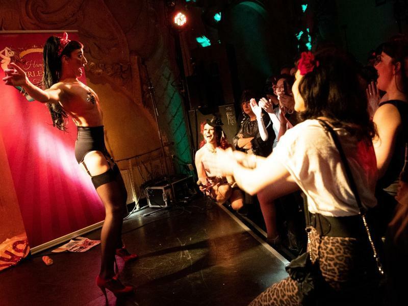Burlesque-Festival in Hamburg - Foto: Jacky Lu, Burlesque-Künstlerin aus Italien, zeigt in der Prinzenbar bei der Eröffnung des 3. Hamburger Burlesque-Festivals ihre Show. Bis zum 14. April zeigen internationale Stars die unterschiedlichen Spielarten der Burlesque-Kunst auf der Reeperbahn. Fo