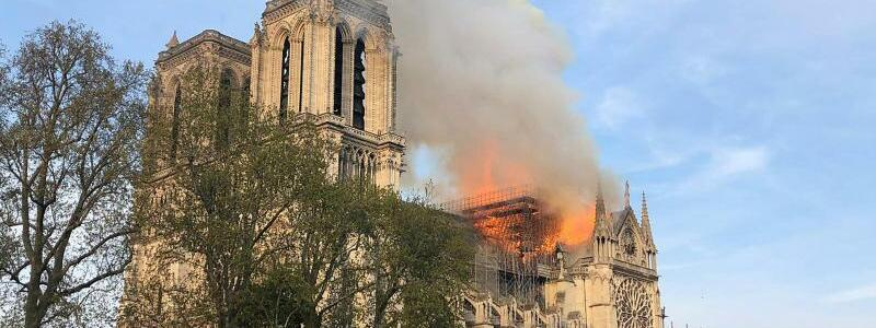 Notre-Dame steht in Flammen - Foto: AP
