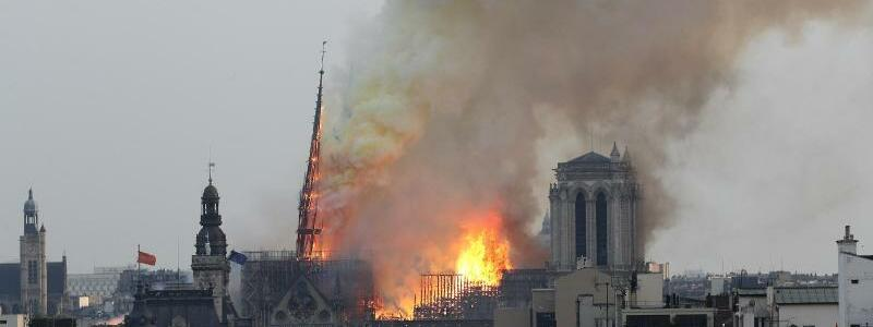 Notre-Dame steht in Flammen - Foto: Thibault Camus/AP
