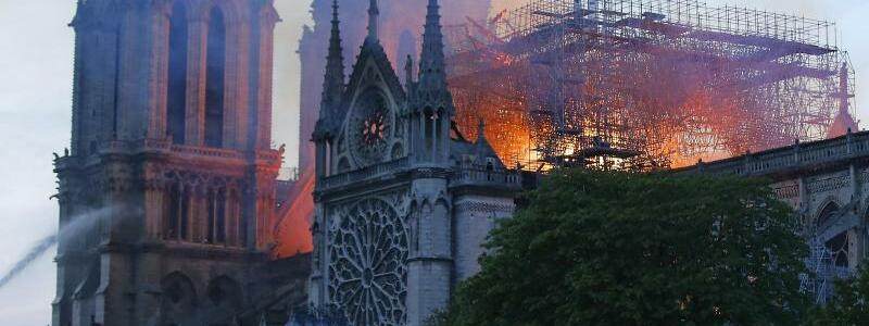 Kampf gegen die Flammen - Foto: Michael Euler/AP