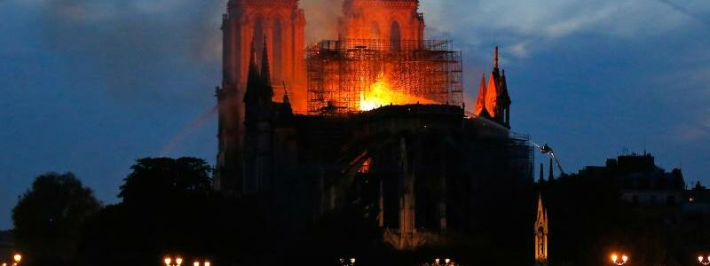 Notre-Dame steht in Flammen - Foto: Michael Euler/AP