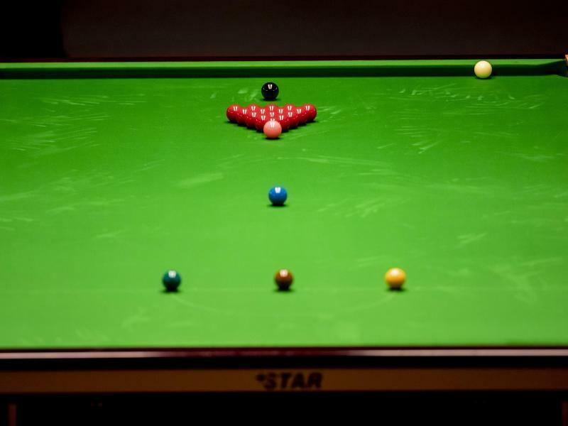 Snooker - Foto: Snookerkugeln und Queues liegen auf einem Snookertisch bereit. Foto:Christoph Soeder/dpa