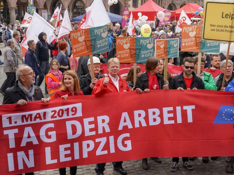 DGB Kundgebung in Leipzig - Foto: Der DGB-Vorsitzende Reiner Hoffmann (3.v.l.) steht hinter einem Transparent. Hier in Leipzig findet die zentrale Kundgebung des DGB zum Tag der Arbeit statt. Foto:Peter Endig