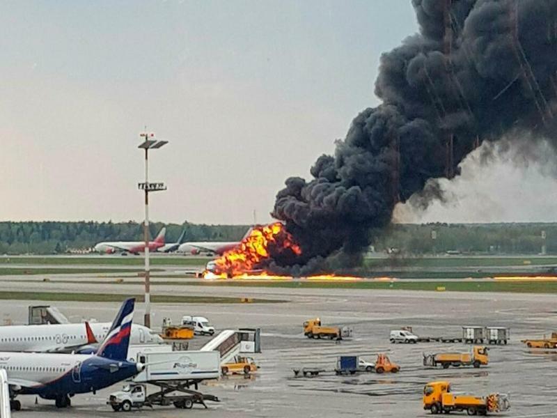 Russisches Flugzeug fängt Feuer - Foto: Riccardo Dalla Francesca