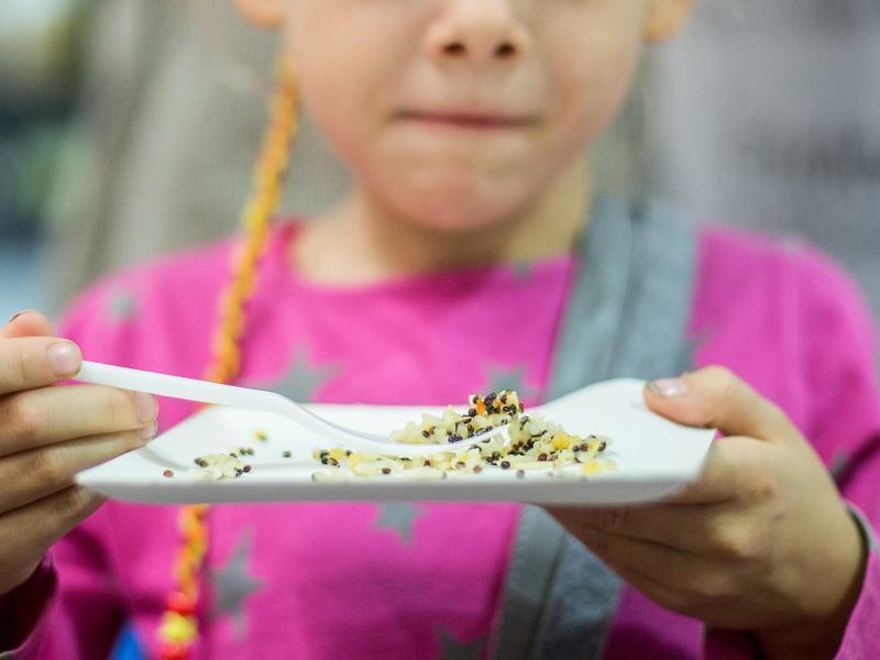 Kind probiert Quinoa - Foto: Maja Hitij/Illustration