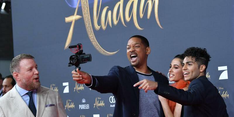 Aladdin - Foto: Will Smith stellt mit Guy Ritchie, Naomi Scott und Mena Massoud den Film «Aladdin» in Berlin vor. Foto: Jens Kalaene