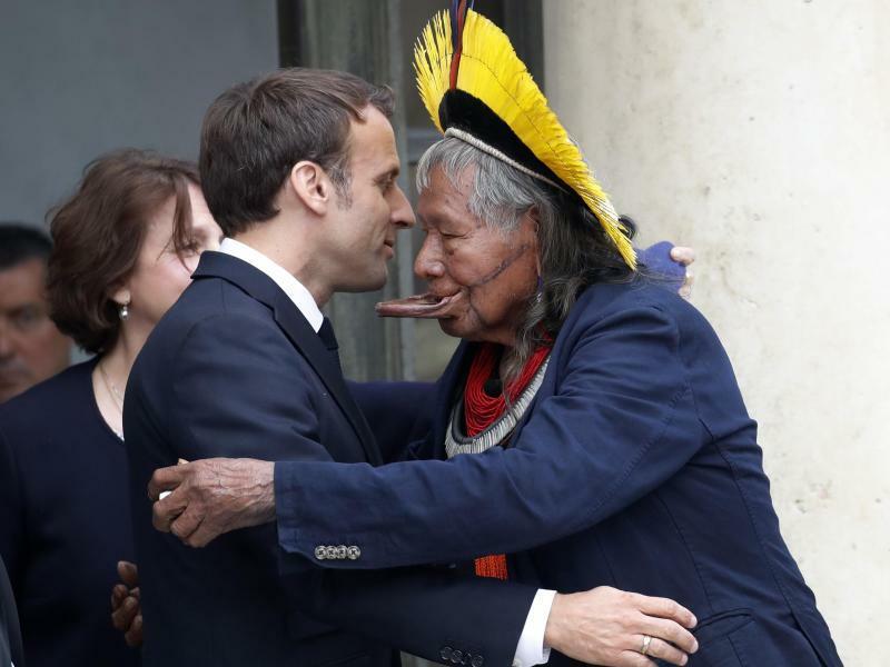 Häuptling zu Besuch - Foto: Frankreichs Präsident Emmanuel Macron begrüßt Raoni Metuktire, ein Häuptling des indigenen Volkes der Kayapo, im Elyseepalast. Die Kayapo leben im brasilianischen Amazonasgebiet. Metuktire wurde durch seinen Kampf für den Erhalt des Regenwaldes und der Ku