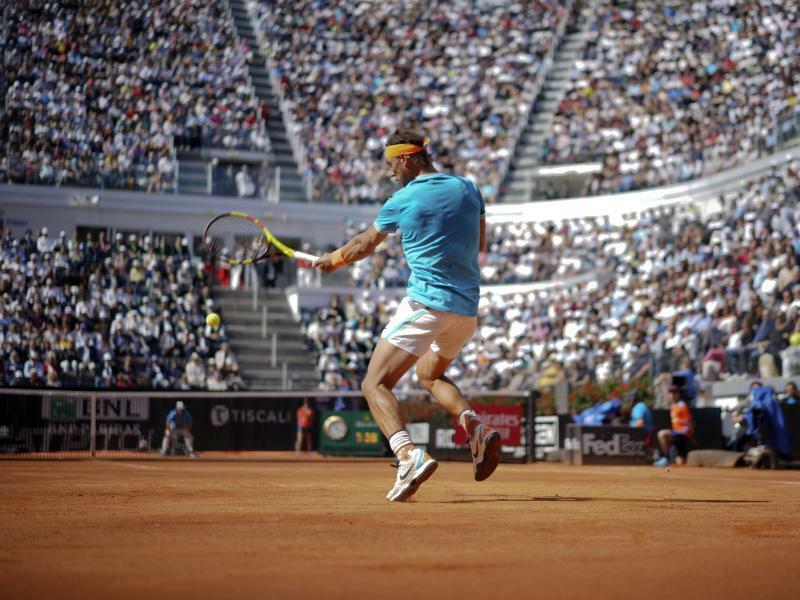 Im Sprung - Foto: Rafael Nadal schlägt einen Tennisball im Flug. Sein Gegner im Viertelfinale der ATP-Tour in Rom ist sein spanischer Landsmann Fernando Verdasco. Foto:Andrew Medichini/AP
