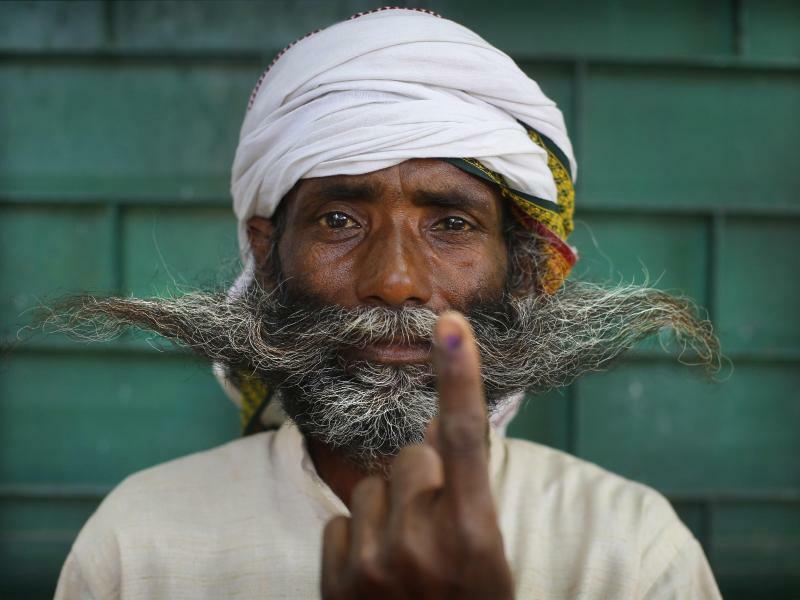 Markiert - Foto: Nach knapp sechs Wochen geht in Indien die Wahl einer neuen Volksvertretung zu Ende. Dieser Mann hat in Varanasi seine Stimme abgegeben und dafür seinen Zeigefinger mit Tinte markieren lassen. Foto:Rajesh Kumar Singh, AP