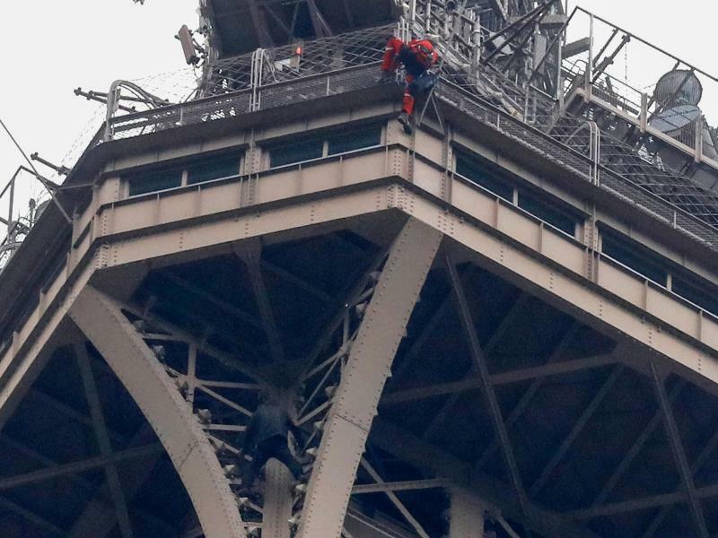 Am Eiffelturm - Foto: Michel Euler/AP