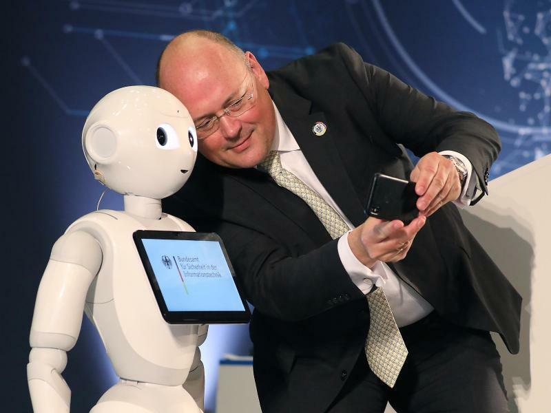 Selfie mit Roboter - Foto: Oliver Berg