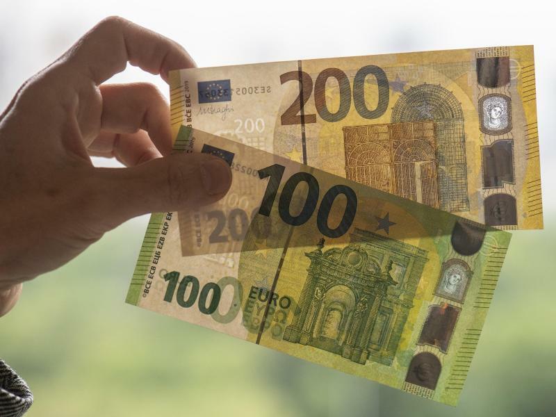 Neue 100- und 200-Euro-Scheine - Foto: Boris Roessler