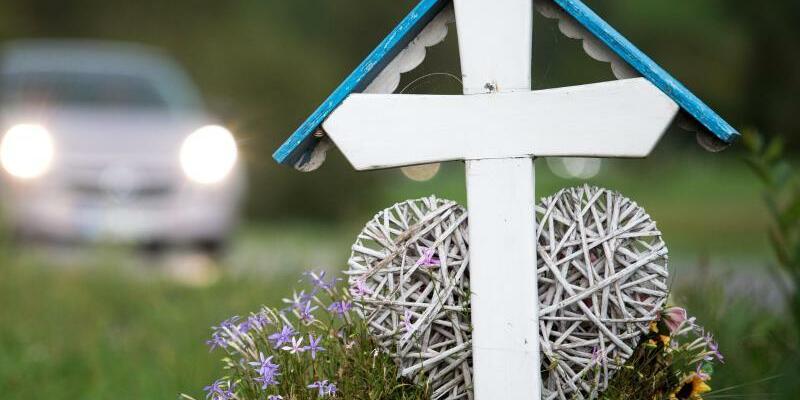 Kreuz für Verkehrstote - Foto: Sebastian Gollnow/Archiv