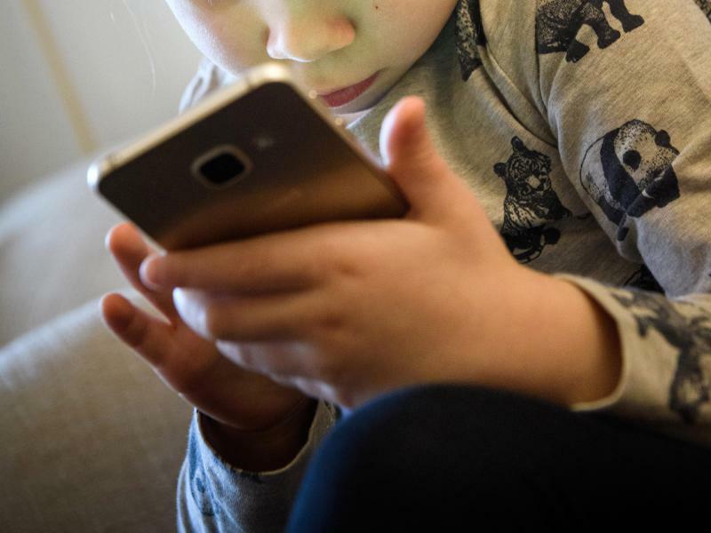 Mädchen mit Smartphone - Foto: Hans-Jürgen Wiedl