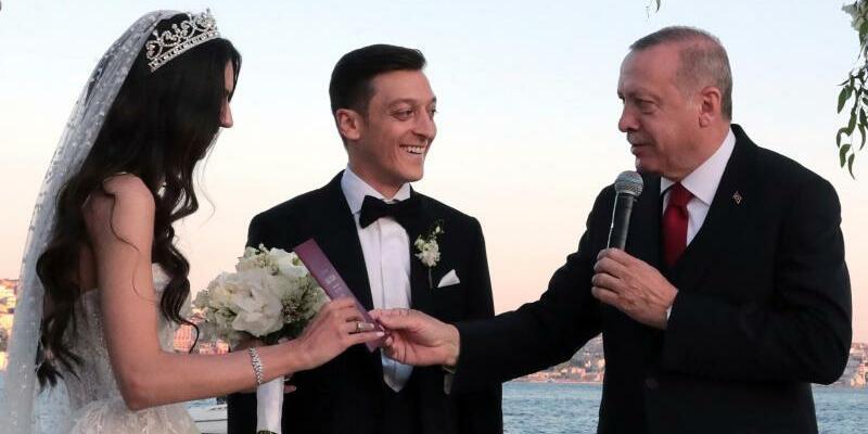Özil und Erdogan - Foto: Pool Presidential Press Service/AP