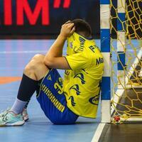 Abstieg - Foto: Ivan Martinovic vom VfL Gummersbach sitzt nach Spielende niedergeschlagen am Tor: Der Handball-Dino steigt ab. Foto:Christoph Schmidt