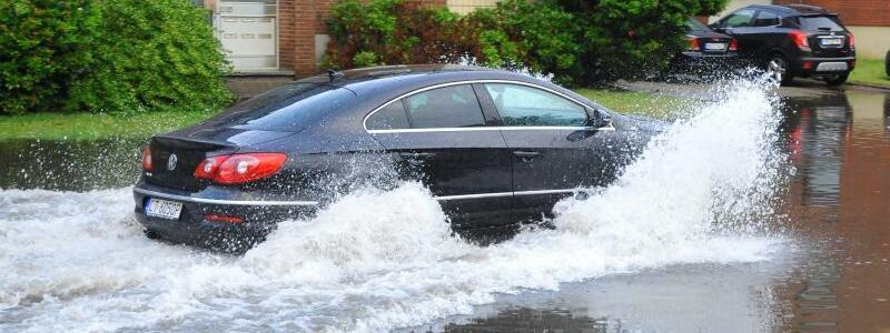 Überflutete Straße in Mönchengladbach - Foto: Theo Titz