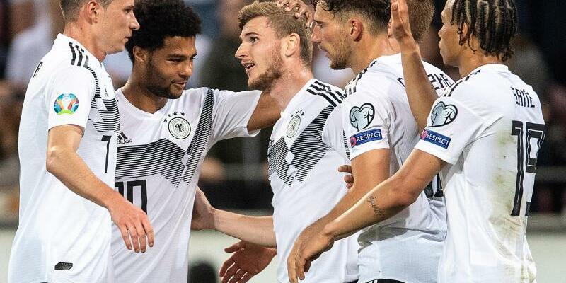 Kantersieg - Foto: Die deutschen Spieler feiern Timo Werner (M) nach seinem Treffer zum 7:0. Foto:Marius Becker