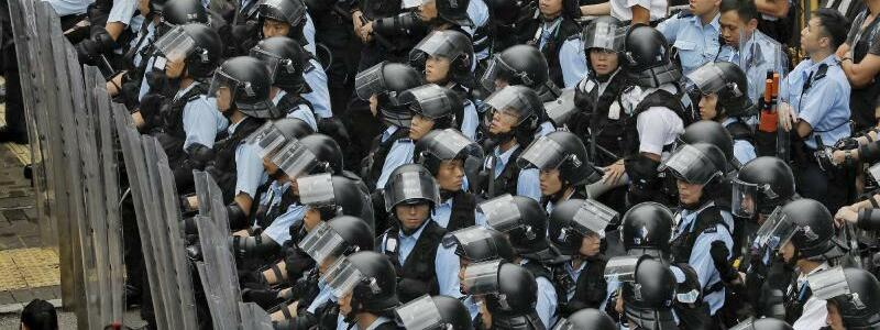 Polizeikette - Foto: Vincent Yu/AP