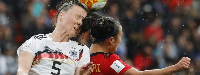 Duell - Foto: Kopfballduell zwischen Deutschlands Marina Hegering (l) und der Spanierin Nahikari Garcia. Foto:Michel Spingler/AP