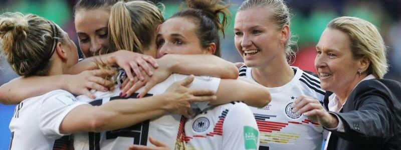 Siegerinnen - Foto: Cheftcoach Martina Voss-Tecklenburg (r) feiert mit den Spielerinnen den Sieg über Spanien. Foto:Michel Spingler/AP
