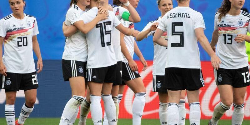 DFB-Frauen - Foto: Nach dem Sieg über Spanien in Valenciennes geht es für die deutschen Nationalspielerinnen bei der WM weiter zum dritten Spiel in Montpellier gegen Südafrika. Foto:Sebastian Gollnow