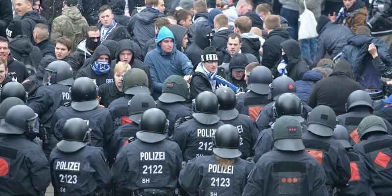Polizeieinsatz beim Fußball - Foto: Wer kommt für die Polizeikosten bei Hochsicherheitsspielen im Fußball auf? Foto:Carmen Jaspersen