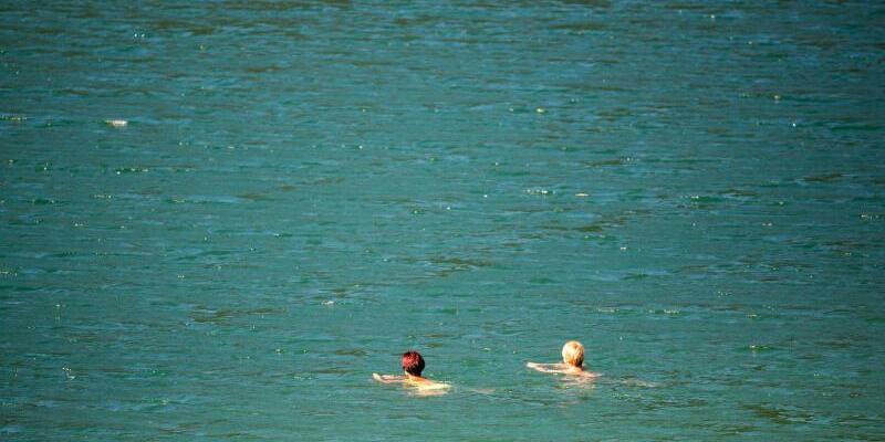Schwimmen im See - Foto: Sommerzeit ist Badezeit - zwei Frauen schwimmen im Sylvensteinstausee. Foto:Lino Mirgeler