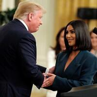 Kim Kardashian West + Donald Trump - Foto: Shakehands mit dem US-Präsidenten:Kim Kardashian West und Donald Trump. Foto:Evan Vucci/AP