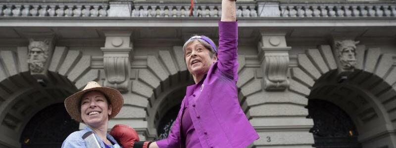 Politikerin mit Boxhandschuhen - Foto: SP-Nationalrätin Margret Kiener Nellen (r.) nimmt mit Boxhandschuhen an dem Streik teil. Foto:Peter Klaunzer/Keystone