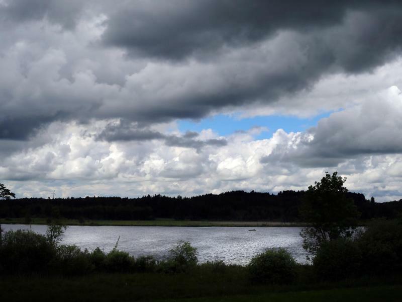 Wolkenlücke über dem Elbsee - Foto: Karl-Josef Hildenbrand