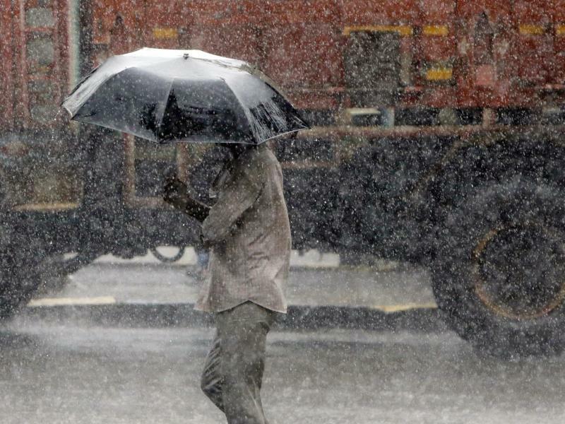 Durch den Monsun - Foto: Rajanish Kakade/AP