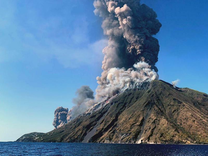 Stromboli - Foto: Rauchschwaden steigen vom Vulkan Stromboli auf. Foto:Ansa/AP