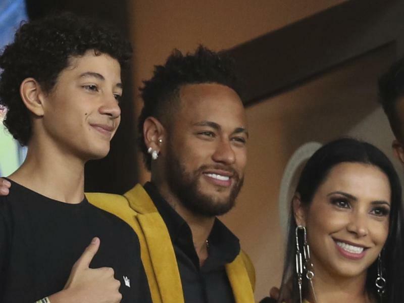 Posing - Foto: Brasiliens Fußball-Superstar Neymar (M) posiert beim Copa América für ein Foto. Foto:Natacha Pisarenko/AP