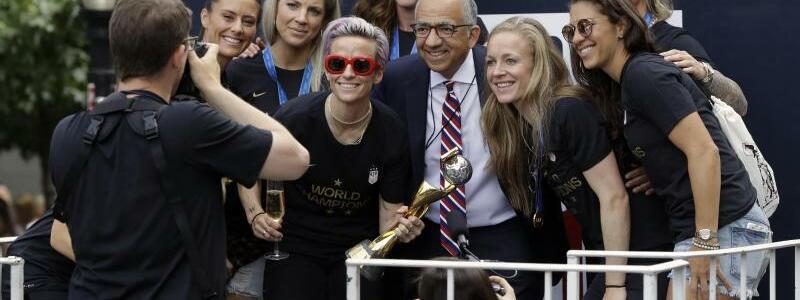 Weltmeisterinnen - Foto: Carlos Cordeiro, Präsident der US Soccer Federation, posiert mit den US-Weltmeisterinnen in New York. Foto:Richard Drew/AP