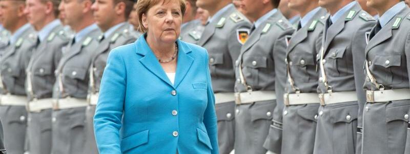 Merkel im Ehrenhof des Bundeskanzleramts - Foto: Soeren Stache