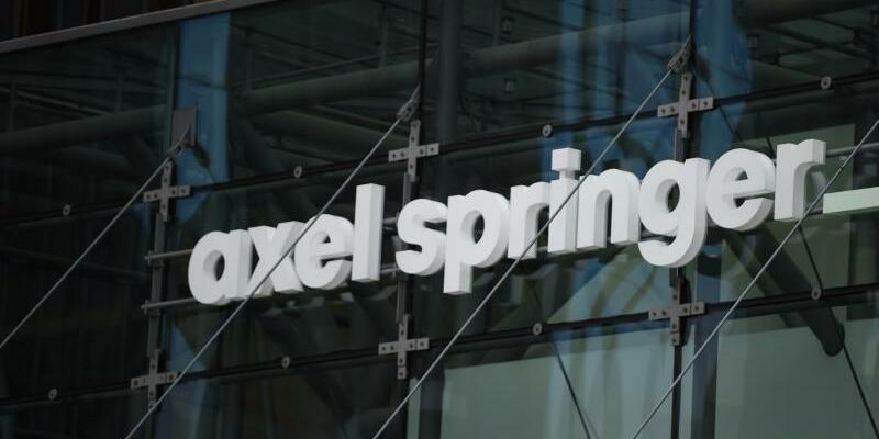 Axel Springer - Foto: Schriftzug von Axel Springer an der Zentrale in Berlin. Foto:Sven Braun