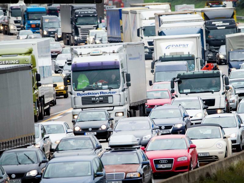 Stau auf Autobahn - Foto: Rolf Vennenbernd/Illustration
