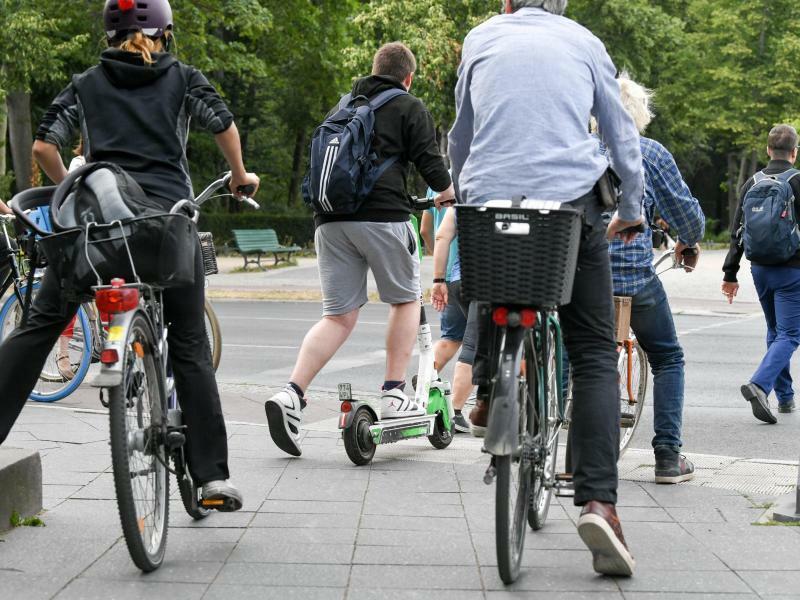 E-Scooter im Straßenverkehr - Foto: Jens Kalaene