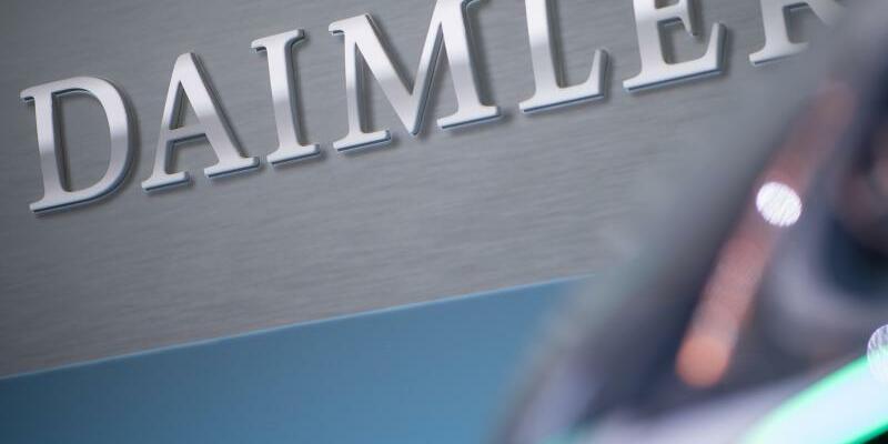 Daimler - Foto: Vor einem Konzernlogo steht das Konzeptauto Urbanetic People-Mover-Modul bei der Bilanz-Pressekonferenz der Daimler AG. Foto: