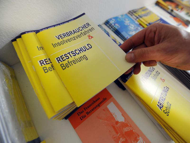 Restschuld - Foto: Broschüre zum Thema Restschuld-Befreiung und Verbraucher-Insolvenzverfahren. Foto:Marijan Murat/Illustration