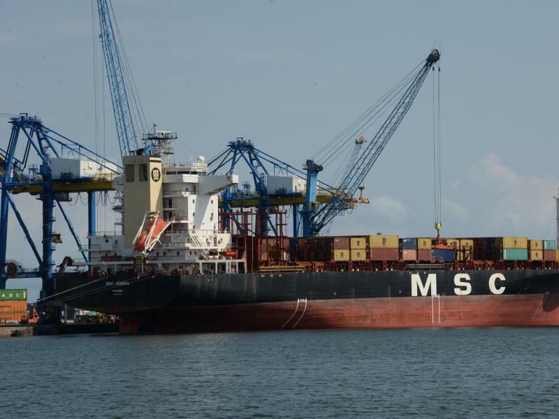 Containerschiff bei Accra - Foto: Gioia Forster