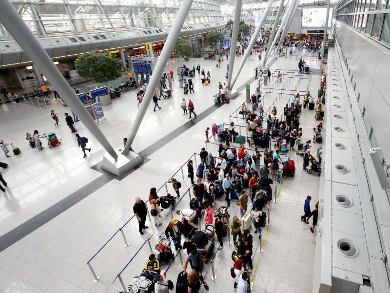 Check-In-Schalter am Düsseldorfer Flughafen - Foto: Roland Weihrauch