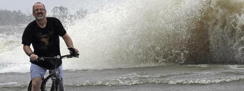 Überschwemmte Straße in Mandeville - Foto: David J. Phillip/AP