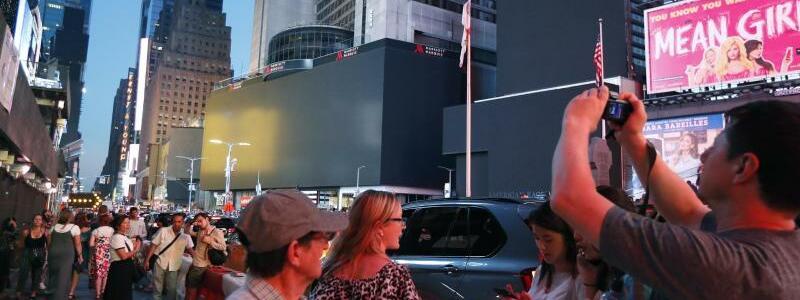 Schwarze Bildschirme am Times Square - Foto: Michael Owens/AP